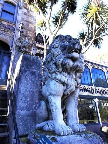ラーナック城前のライオンの像