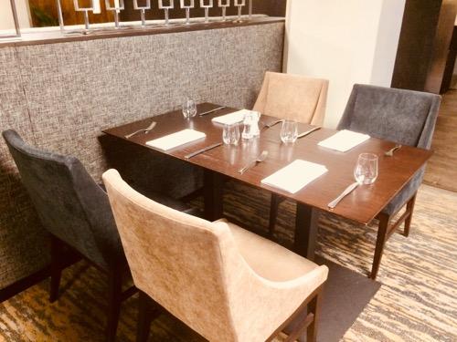 ディスティンクション ダニーデンホテル レストランの席