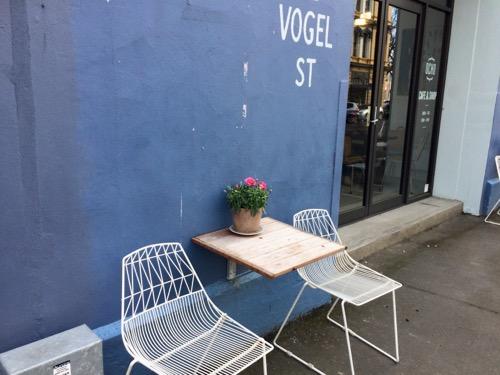 ダニーデンのカフェOcho 外のテーブル