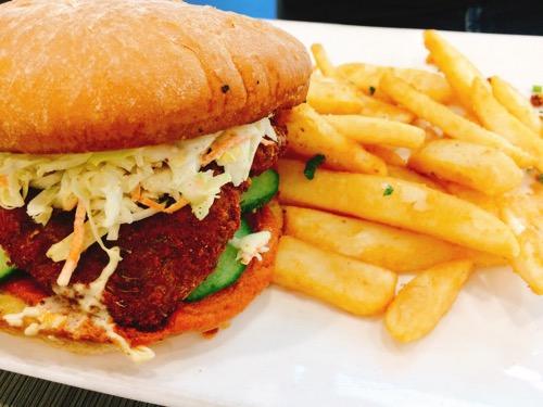 ダニーデンのビーガンカフェWatson's Eatery ハンバーガーとチップス