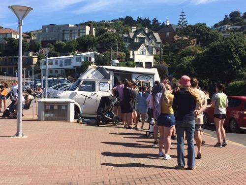 ダニーデン セントクレアビーチ 移動アイスクリームに並ぶ人