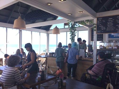セントクレアビーチの海ぞいのカフェ