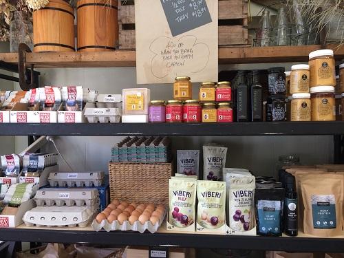 ニュージーランドダニーデンのカフェBlack's Road Green Grocer 食品コーナー