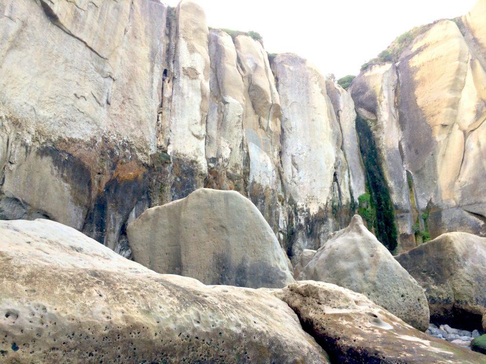 トンネルビーチの岩