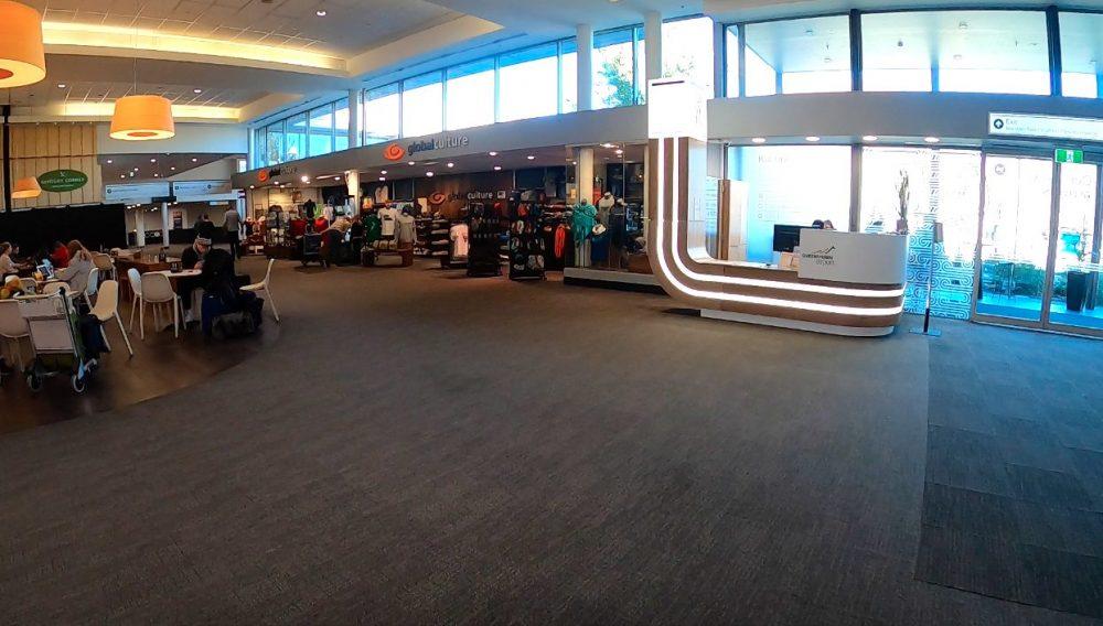 クイーンズタウン空港の総合案内所と出口