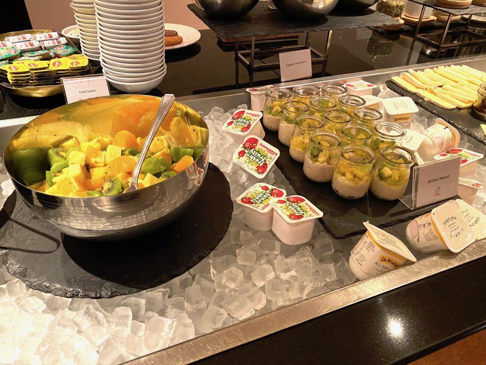 クラウンプラザホテルクイーンズタウンの朝食フルーツやヨーグルト