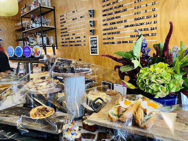 ダニーデンのおしゃれなカフェThe Swanのサンドイッチやピザとスイーツ